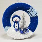 Velik kvačkan adventni venček za na vrata s snežakom